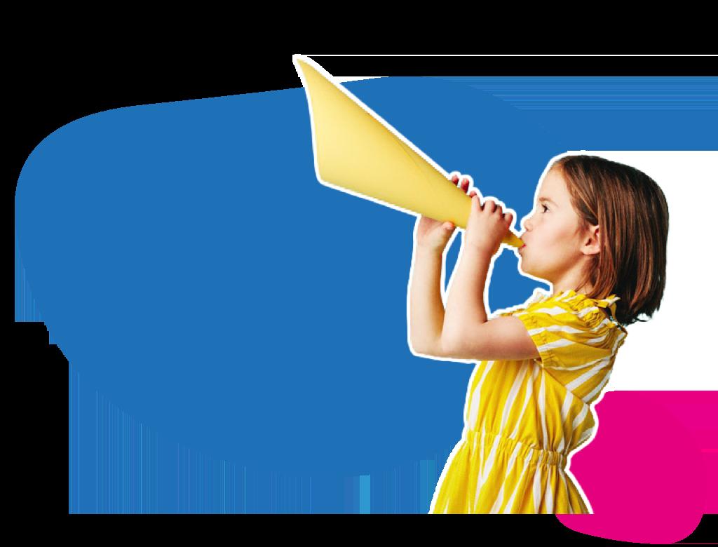 Una nena amb un cono fent com si fos un megafon